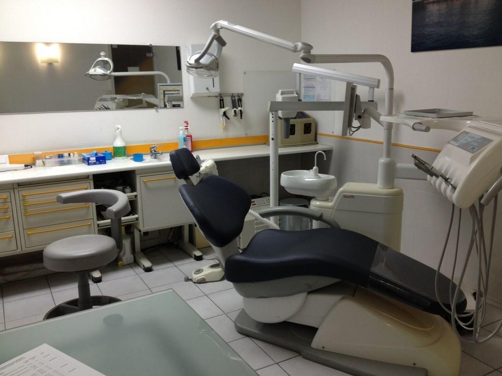fauteuil m dical cabinet de dentiste tapissier d 39 ameublement marseille d coupe de mousse 13. Black Bedroom Furniture Sets. Home Design Ideas